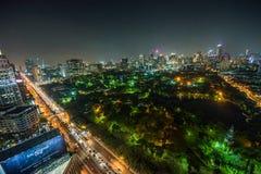 Nocy linia horyzontu środek miasta Bangkok z Lumphini parkiem zdjęcie stock