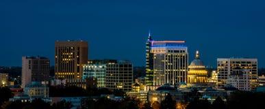 Nocy linia horyzontu Boise Idaho z miastem zaświeca zdjęcia stock