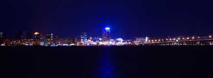 Nocy linia horyzontu Dnipropetrovsk nad rzecznym Dnipro, Ukraina Obrazy Royalty Free