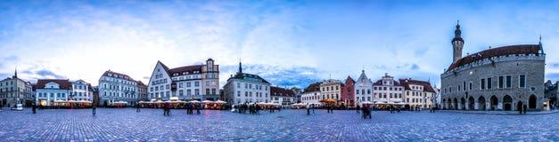 Nocy linia horyzontu Tallinn urzędu miasta kwadrat, Estonia Fotografia Royalty Free