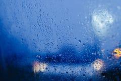Nocy miasta światła przez przedniej szyby tła wody abstrakcjonistycznej kropli na szkło deszczu i światłach zdjęcia royalty free