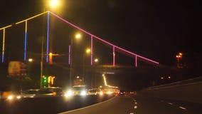 Nocy miasta autostrada przez przedniej szyby poruszający samochód zbiory wideo