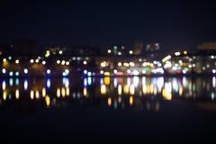 Nocy miasta bokeh Out ostrość ruch drogowy fotografia stock