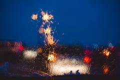Nocy miasta droga przez przednia szyba samochodów tła wody abstrakcjonistycznej kropli na szkło deszczu i światłach zdjęcia stock