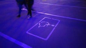 nocy miasta lata światła spaceru parking miejsca dla invalids uliczni ludzie fotografia stock