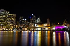 Nocy miasta linia horyzontu Kochany schronienie, Australia obraz stock