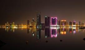 Nocy miasta nowożytna linia horyzontu, Manama, Bahrajn, Środkowy Wschód Zdjęcia Stock