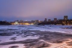 Nocy miasta odbicie na rzece w Donetsk DNR fotografia stock