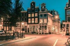 Nocy miasta widok Amsterdam domy Zdjęcie Royalty Free