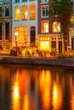 Nocy miasta widok Amsterdam kanał Zdjęcia Royalty Free