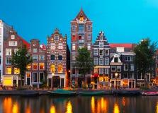 Nocy miasta widok Amsterdam kanał z holenderskimi domami Fotografia Stock