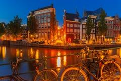 Nocy miasta widok Amsterdam most i kanał Obrazy Royalty Free