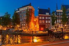 Nocy miasta widok Amsterdam most i kanał Zdjęcie Royalty Free