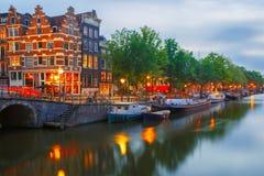 Nocy miasta widok Amsterdam most i kanał Obrazy Stock