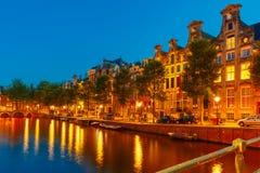 Nocy miasta widok Amsterdam most i kanał Obraz Royalty Free
