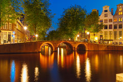 Nocy miasta widok Amsterdam most i kanał Zdjęcia Royalty Free
