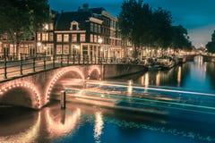 Nocy miasta widok Amsterdam most i kanał Zdjęcie Stock