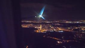 Nocy miasta widok od above Start samolotu lota samolotowy poj?cie p?aski zdejmowa? przy noc? przy lotniskowym paskiem zdjęcie wideo