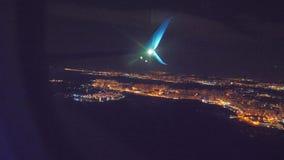 Nocy miasta widok od above Start samolotu lota samolotowy poj?cie p?aski zdejmowa? przy noc? przy lotniskowym paskiem zbiory