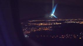 Nocy miasta widok od above Start samolotu lota samolotowy poj?cie p?aski zdejmowa? przy noc? przy lotniskowym paskiem zbiory wideo
