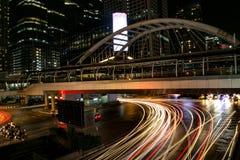 Nocy miasta widok samochody pod nowożytnym mostem w śródmieściu przy nocą zdjęcia stock