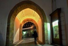 Nocy miasteczko - iluminująca brama w Trencin centrum miasta Fotografia Royalty Free
