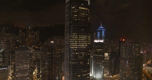Nocy miasto, drapacze chmur i budynki z oświetleniem, zbiory