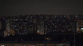 Nocy miasto iluminujący z światłami w blokach mieszkaniowych moscow Rosji zbiory wideo