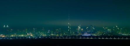Nocy miasto, linia horyzontu Dubaj, Zjednoczone Emiraty Arabskie Obraz Stock