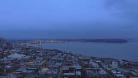 Nocy miasto, morze, od ptasiego ` oka widoku zbiory wideo