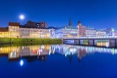 Nocy miasto odzwierciedlający w wodzie Pejzaż miejski Malmo, Szwecja zdjęcia stock