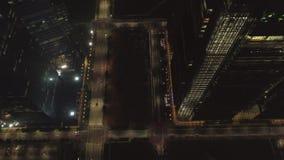 Nocy miasto, ruch drogowy, odgórny widok strzał Widok z lotu ptaka ruchliwa ulica w mieście przy nocą Latać nad uliczną drogą zbiory