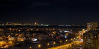 Nocy miasto w zimie od dachu obraz stock