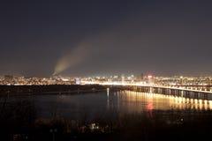 Nocy miasto z dymem na horyzoncie Fotografia Royalty Free