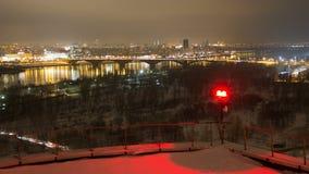 Nocy miasto Zaświeca panoramę, widok Od dachu zbiory