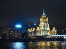 nocy Moscow podpisu architektura, światła, autostrada, ruch drogowy, ulicy zdjęcie stock