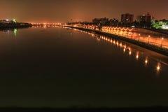 Nocy nadbrzeże rzeki Fotografia Royalty Free