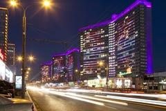 Nocy Novy Arbat ulica i drogowy ruch drogowy w Moskwa Zdjęcie Stock