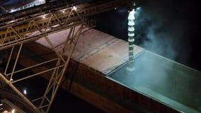 Nocy panorama ładować zbożowe uprawy na masowym freighter statku przez bagażnika otwierać ładunków chwyty przy silosowym terminal zbiory wideo