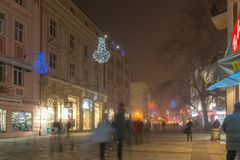 Nocy panorama Środkowa ulica z Bożenarodzeniową dekoracją w mieście Plovdiv, Bulgaria Obraz Royalty Free