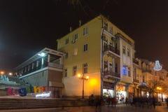 Nocy panorama Środkowa ulica z Bożenarodzeniową dekoracją w mieście Plovdiv, Bulgaria Fotografia Royalty Free