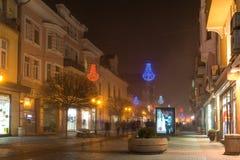 Nocy panorama Środkowa ulica z Bożenarodzeniową dekoracją w mieście Plovdiv, Bulgaria Fotografia Stock