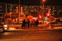 Nocy pedestrians na ulicie w zimie i ruch drogowy obraz royalty free