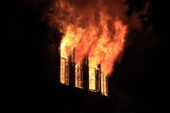 Nocy pożarniczy płonący okno Obrazy Stock