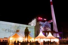 Nocy przedstawienie na ścianie elektrownia jądrowa podczas festiwalu Fotografia Royalty Free