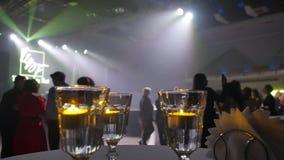 Nocy przyjęcie po pokazu mody Ludzie przy przyjęciem odpoczynek po pracy Holu przyjęcie zbiory wideo