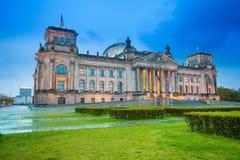 Nocy Reichstag widok z fontanną w Berlin Obraz Stock