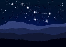 Nocy scena, Duża chochla nad góry Obrazy Royalty Free