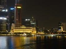 Nocy scena Fullerton hotel przy Marina zatoką, Singapur obraz stock