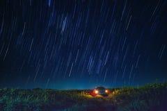 Nocy scena gwiazdowy ogon i niebieskie niebo nad samochodowym parking w agricu Fotografia Royalty Free